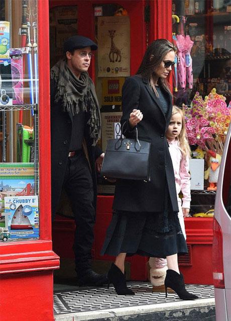 Cặp sao có buổi đoàn tụ hiếm hoi vào đầu năm nay tại London hồi tháng 3. Thời gian đó, Jolie vừa hoàn thành bộ phim tài liệu ở Campuchia và đưa các con tới Anh, còn Brad Pitt bận quay phim Allied.