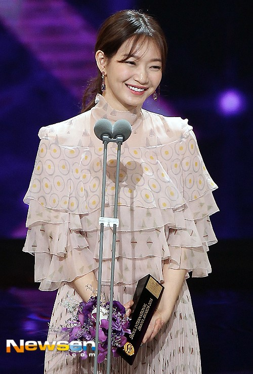Diễn viên Shin Min Ah chiến thắng giải Nữ diễn viên Hàn Quốc đột phá với diễn xuất trong Oh My Venus.