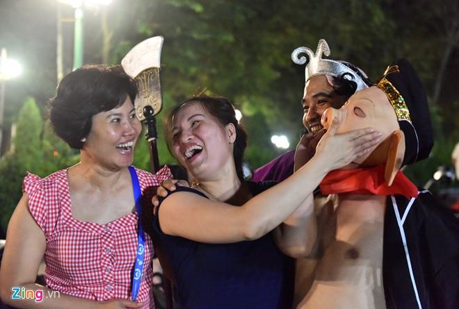 Hai phụ nữ trêu đùa lão Trư. Chị Hương (trái) cảm giác như được trở lại tuổi thơ và rất mong vào đêm rằm trung thu này nhóm thầy trò Đường Tăng sẽ lại đến đây biểu diễn.