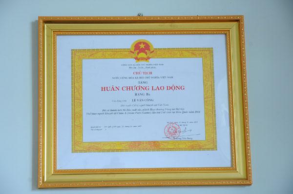 Huân chương lao động là phần thưởng mới nhất trong bộ sưu tập đồ sộ của anh Công.