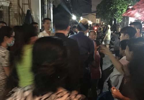 Nhiều người dân vây quanh chụp ảnh, xin chữ ký Trấn Thành khi anh di chuyển ra xe.