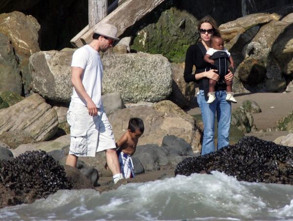 Tháng 10/2005, Brad và Angelina đi chơi cùng hai con của nữ diễn viên. Lúc này, cặp đôi vẫn chưa lên tiếng về mối quan hệ của họ.
