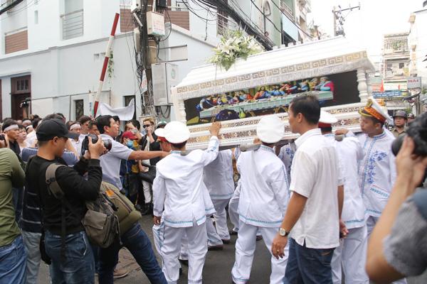 Linh cữu Minh Thuận được di chuyển sang nhà thờ.