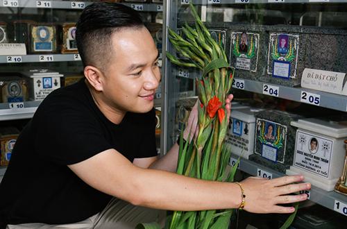 MC Anh Khoa mang hoa đến viếng nơi đặt tro cốt của ca sĩ Minh Thuận. Ca sĩ Minh Thuận qua đời vào sáng 18/9 tại bệnh viện Phạm Ngọc Thạch, TP HCM vì bệnh ung thư, hưởng dương 47 tuổi.