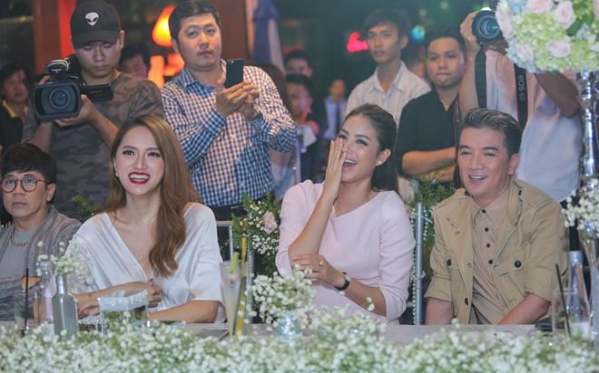 Trong vai trò giám khảo, Mr. Đàm, Phạm Hương và Hương Giang hào hứng trước các phần thi của thí sinh.