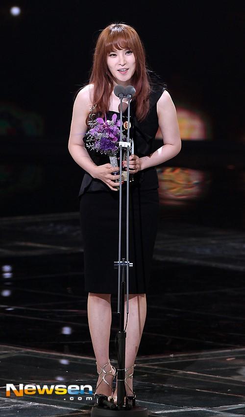Gummy nhận giải Ca sĩ thể hiện nhạc phim hay nhất cho ca khúc chủ đề phim Hậu duệ mặt trời.