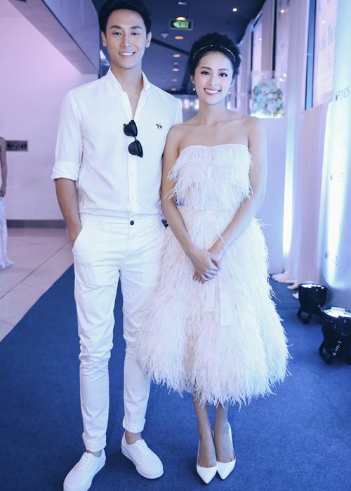 Hot boy Rocker Nguyễn cũng mặc cây trắng đi sự kiện. Anh đóng cùng Hạ Vi trong phim ngắn Khi tôi là tôi.