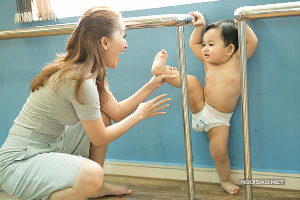 Khánh Thi vui vẻ chơi đùa cùng con sau buổi giảng dạy. Kiện tướng dancesport mãn nguyện vì sinh được thiên thần nhỏ đáng yêu.