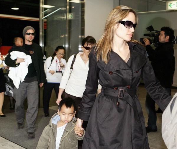 Tháng 11/2005, Brad nhận nuôi luôn cả Maddox và Zahara. Họ của hai bé cũng được đổi thành Jolie-Pitt.
