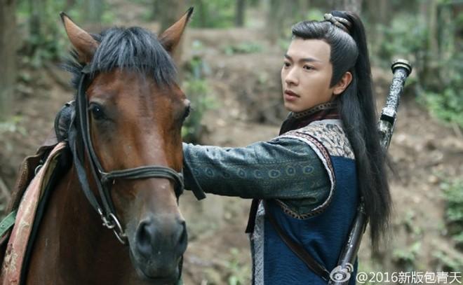 Cao Quân Hiền được giao vai Triển Chiêu. Nam vương Hong Kong bị đánh giá thư sinh, chưa mang phong cách lãng tử như Triển đại hiệp do Hà Gia Kính đảm nhận.