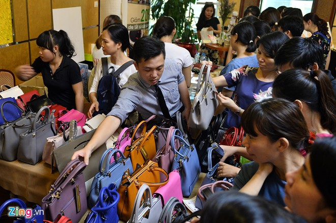 Những chiếc túi xách một thương hiệu lạ có giá tiền hơn triệu trở lên dù sau khi đã giảm.