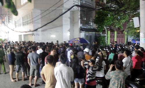 Bên ngoài hẻm vào nhà Minh Thuận, khán giả kéo đến chật kín. Gia đình phải nhờ lực lượng an ninh giữ gìn trật tự cho tang lễ.