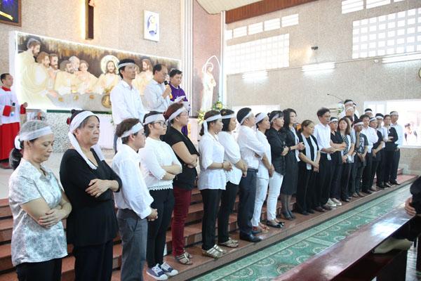 Sau khoảng một tiếng đồng hồ, Thánh lễ kết thúc. Đại gia đình Minh Thuận nói lời cảm ơn đến mọi người đã ở bên nam ca sĩ trong những ngày qua.