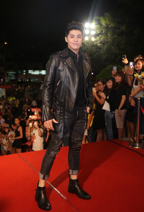Ca sĩ Noo Phước Thịnh mix áo khoác da với jeans khoẻ khoắn.