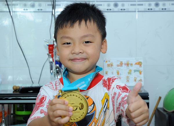 Những tấm huy chương là niềm hãnh diện của cả gia đình đặc biệt là cậu con trai Lê Tuấn Anh.