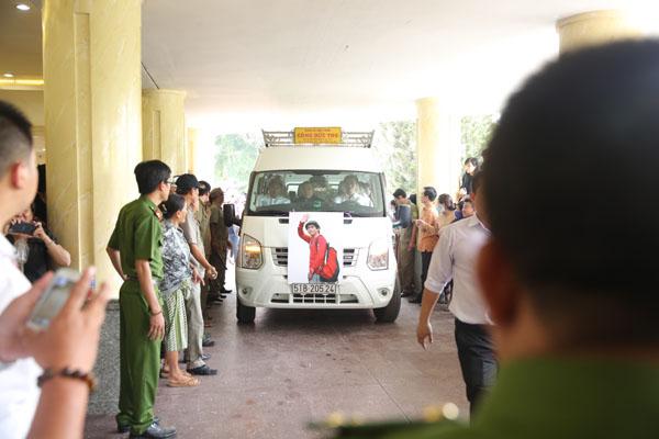Hơn 10h, chiếc xe chở linh cữu Minh Thuận mới đến Bình Hưng Hòa.