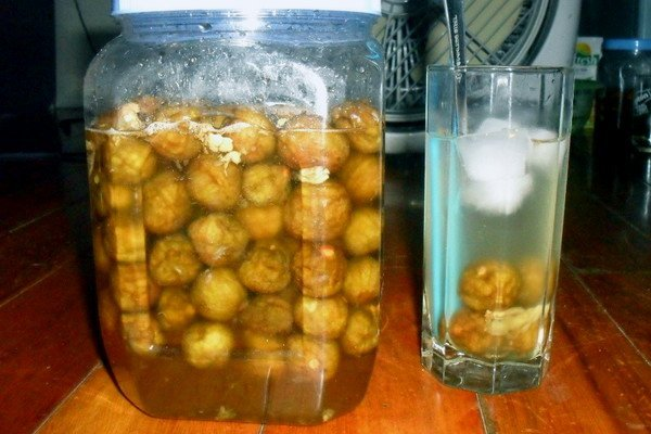 Sấu ngâm đường được là một trong những đồ uống giải khát được nhiều người ưa chuộng trong mùa hè.