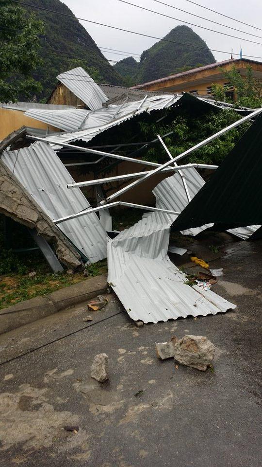 Khu nhà lưu trú bệnh nhân và y bác sĩ của Trạm y tế Sủng Là bị bốc xa hàng chục mét, văng ra đường. Ảnh: Chu Nga