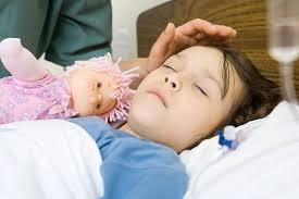 Trẻ sốt kèm ngủ li bì, khó đánh thức cần đưa đi bệnh viện cấp cứu ngay.