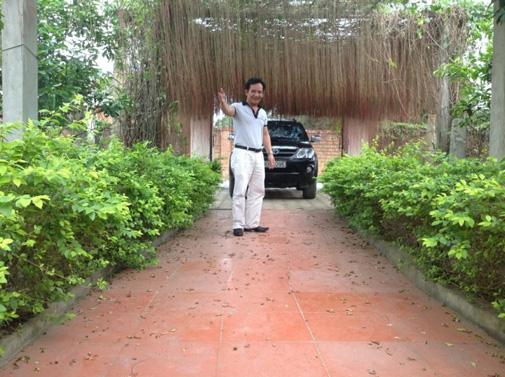 Lối vào khu nhà vườn được bao quanh bởi rất nhiều cây xanh.