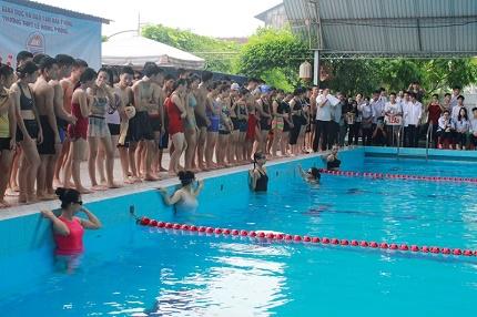 Học sinh THPT Lê Hồng Phong cùng tham gia thi bơi. Ảnh: TV