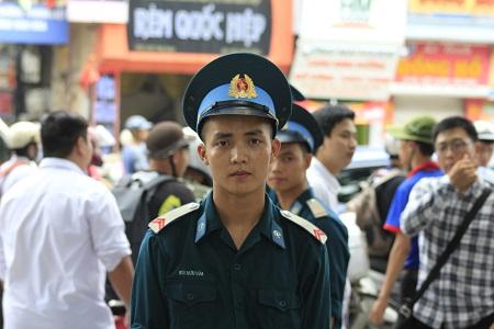 Chiến sĩ Bùi Hữu Lúa chưa hài lòng về bài thi môn Ngữ văn. Ảnh: Q.A