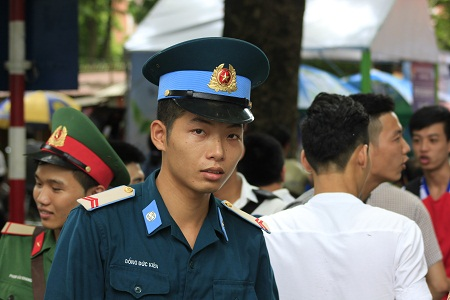 Chiến sĩ Đồng Đức Kiên tham gia kỳ thi để lấy điểm xét tuyển vào trường quân đội. Ảnh: Q.A
