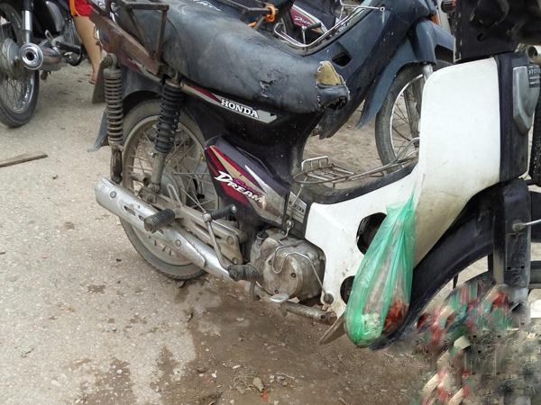 Tại bãi tập kết xe máy, nhiều chủ vẫn treo lủng lẳng những túi thịt ôi thiu vì chưa có khách.