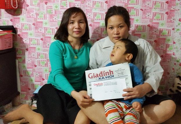 PV Phương Thuận- Đại diện Quỹ Vòng tay nhân ái trao tiền bạn đọc hảo tâm lần 3 cho gia đình cháu Thắng