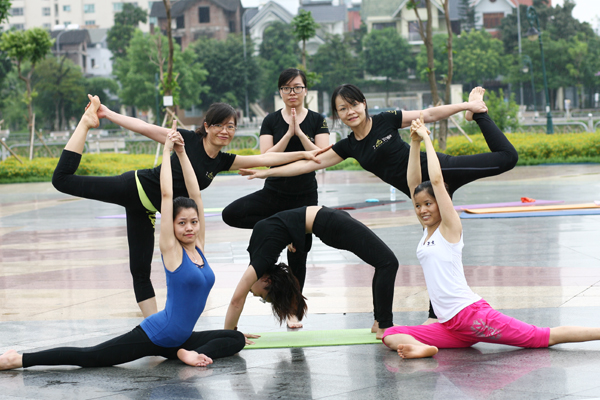 Yoga đang bắt đầu được nhiều người biết đến và tham gia tập luyện.