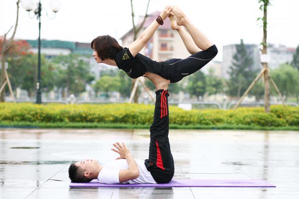 Màn thực hành đòi hỏi sự kết hợp chuẩn xác của hai người tập.