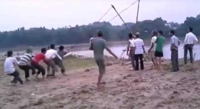 Quá bức xúc trước việc tàu khai thác cát ngay ven bờ sông Lô gây sạt lở, người dân thôn Gò Hu đã phải chế súng cao su bắn gạch, đá xua đuổi. Ảnh người dân cung cấp