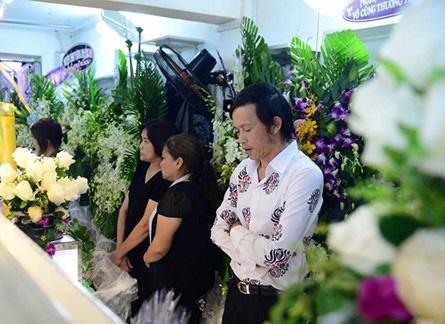 Đến tiễn biệt người bạn, người đồng nghiệp xấu số, Hoài Linh thẫn thờ bên linh cữu Minh Thuận.