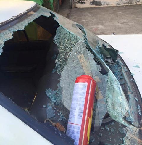 Một chiếc ô tô bị nổ bình chữa cháy mini. Ảnh Autofun.