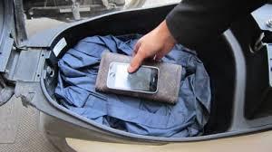 Điện thoại, laptop để trong cốp xe, trên ô tô dưới trời nắng nóng lâu sẽ giảm tuổi thọ. Ảnh minh họa.