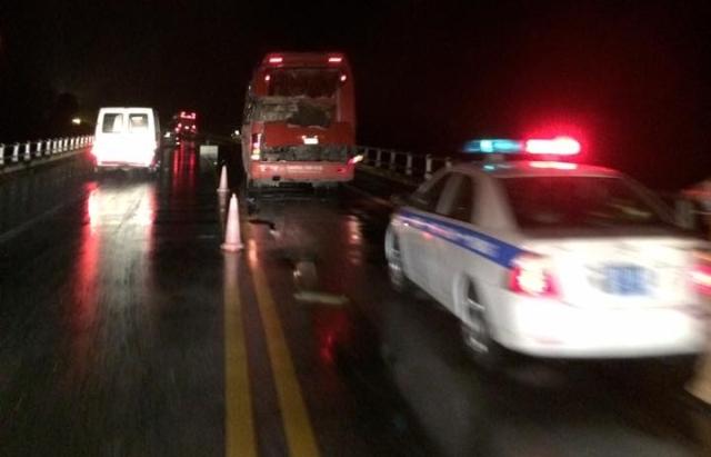 Hiện trường vụ TNGT nghiêm trọng xảy ra trên cao tốc Nội Bài - Lào Cai qua địa phận tỉnh Yên Bái. Ảnh: Quốc Huy Nguyễn
