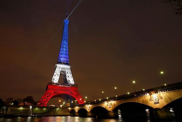 Tháp Eiffel mở cửa trở lại, rực sáng màu quốc kỳ Pháp trong ngày 16/11 để tưởng nhớ các nạn nhân của vụ khủng bố hôm 13/11. Ảnh: Nbcnews.