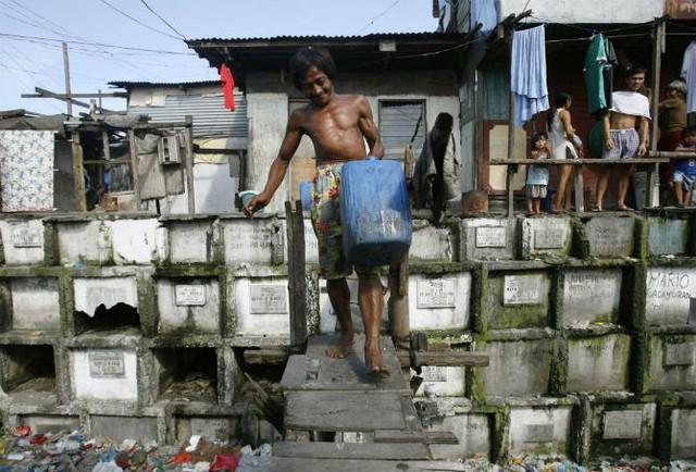 Người đàn ông đi lấy nước sinh hoạt về cho gia đình ngày 21/10/2008.