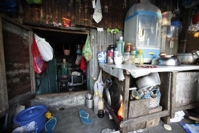 Các vật dụng bên trong một ngôi nhà tạm bợ được xây trên những ngôi mộ ở nghĩa địa Bắc Manila ngày 28/10/2011.