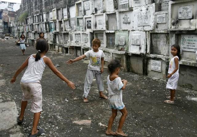 Các em nhỏ chơi đùa trong nghĩa trang ngày 21/10/2008.