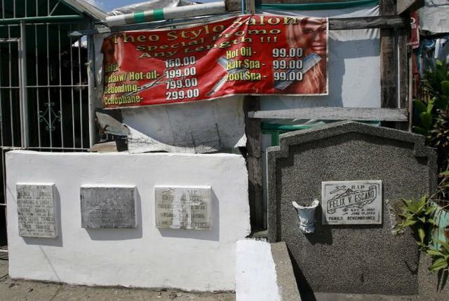 Một salon tóc được mở trong ngôi nhà tạm bợ ngay tại nghĩa địa ở thành phố Pasay ngày 30/10/2015.