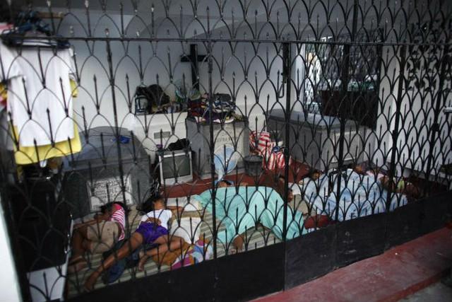 Cả gia đình ngủ trong một lăng mộ tại nghĩa trang Bắc Manila.