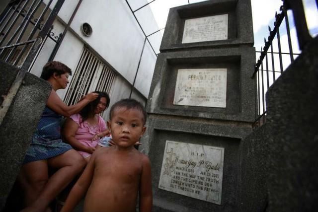 Một gia đình ngồi nghỉ trước những ngôi mộ trongnghĩa địa Navotasngày 12/5/2010.