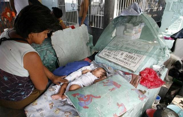 Em bé sơ sinh ngủ ngon trên một ngôi mộ ở nghĩa trang ngày 27/10/2010.