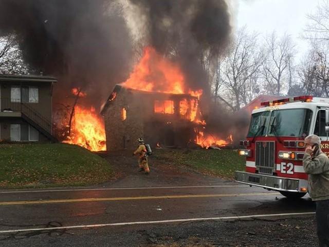 Lửa thiêu cháy ngôi nhà bị máy bay đâm trúng. Ảnh: NBC News