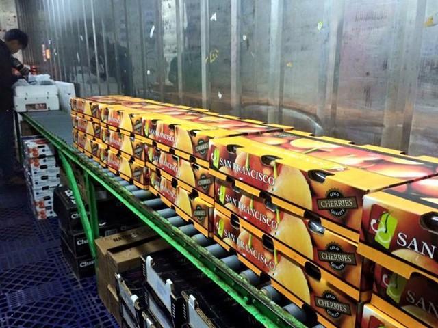 Hoa quả ngoại có giá bạc triệu mỗi kg vẫn được nhiều gia đình Việt tìm mua, với lý do yên tâm về chất lượng. Ảnh:N.L.