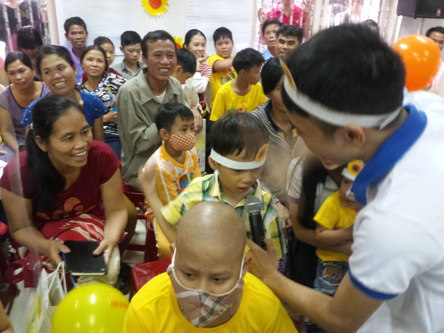 Những trò chơi do CLB Blouse Xanh Đại học Y dược Huế mang lại không khí vui vẻ cho các bệnh nhi. Ảnh Lê Chung