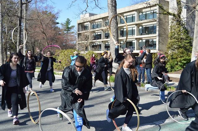 Sinh viên Wellesley tham gia cuộc đua lăn vòng.