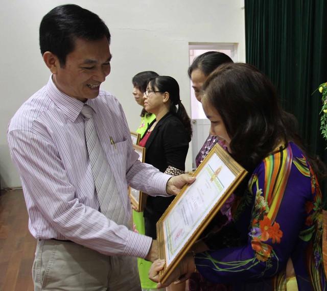 TS Lê Cảnh Nhạc trao Giấy khen của Tổng cục DS-KHHGĐ cho các cá nhân, tập thể đã có thành tích xuất sắc trong công tác DS-KHHGĐ giai đoạn 2011-2015. Ảnh Đức Hoàng