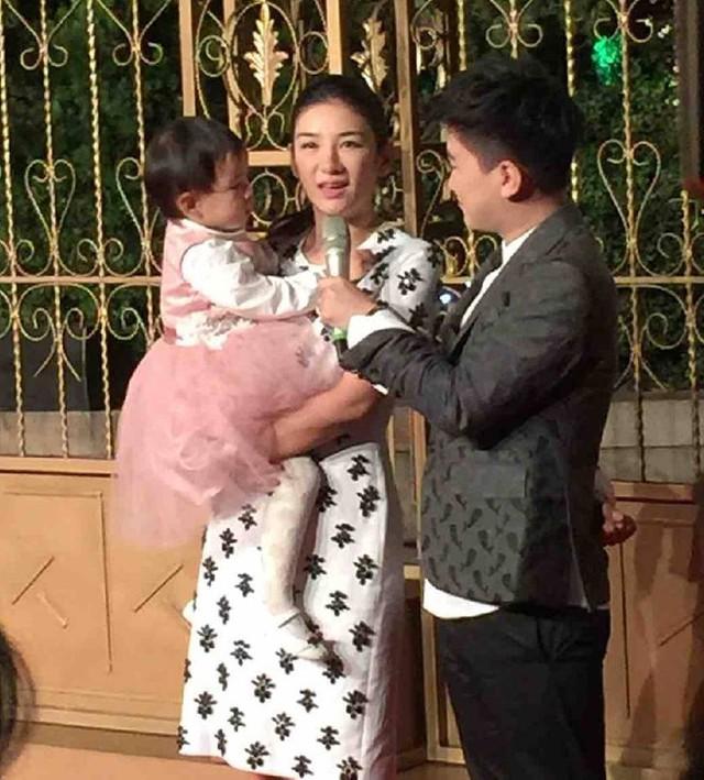 Mẹ con Huỳnh Dịch. Tiểu Yến Tử của Hoàn Châu Cách Cách 3nhận xét đám cưới của Huỳnh Hiểu Minh - Angelababy như một ngày hội.